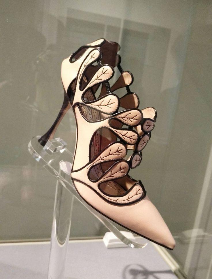 #a_r_t_a_ru #выставки #дизайн Для Manolo Blahnik обувь - есть искусство. В июне 2017 года  в Эрмитаже  проводится  ретроспективная выставка одного из самых ярких дизайнеров обуви Маноло Бланика. Туфля Josefa -  Италия, весна-лето 2017 года. Телячья кожа, козья кожа, металл, пластик.