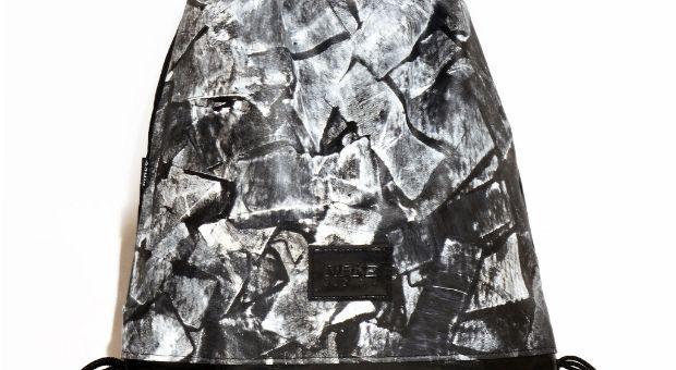 Tornazsák egyedi, kézzel festettsávos mintával, fekete-fehér színben. Nők és férfiak is bátran hordhatják. A minta egyedi, kézzel készült, így némileg eltérhet a képen látottól.  Anyag: vászon, textilbőr, poliészter zsinór  Méret:46 x 40 cm   Szín: fekete-fehér