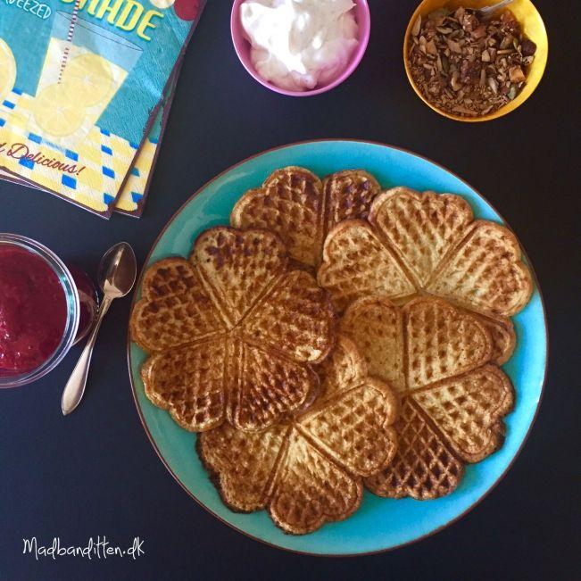 Proteinvafler med rabarbersyltetøj --> madbanditten.dk