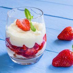 Leichte Low Carb Quarkcreme mit Erdbeeren