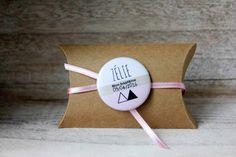 Boîte à dragées en kraft, badge aimant personnalisé, ruban satin rose (prénom, date, évènement)