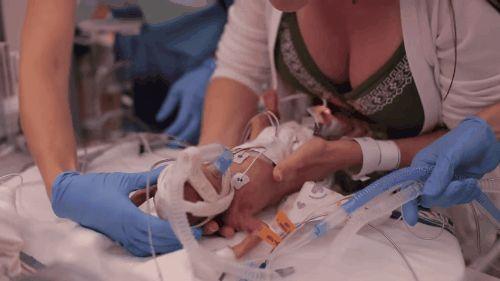 Cuando nació 14 semanas prematuro su papá decidió filmar su primer año de vida. El final es único
