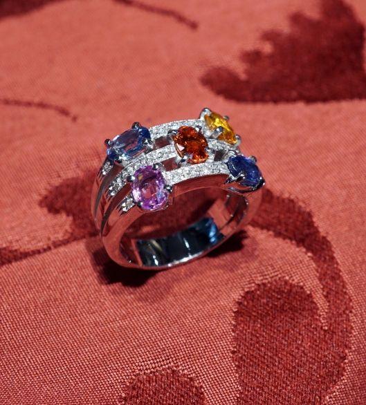 Anello con carati 3,20 di  zaffiri colorati, diamanti carati 0,25 – oro bianco 18 kt - Dogale Gioielleria Venezia Italia