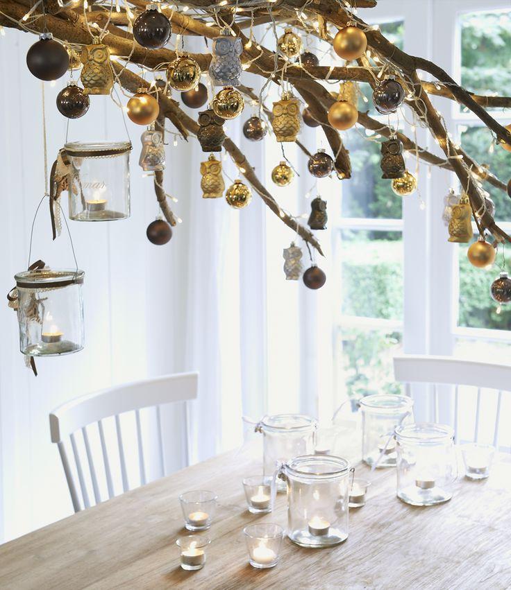DIY voor een robuuste kerst: versier een tak met kerstballen en ornamenten