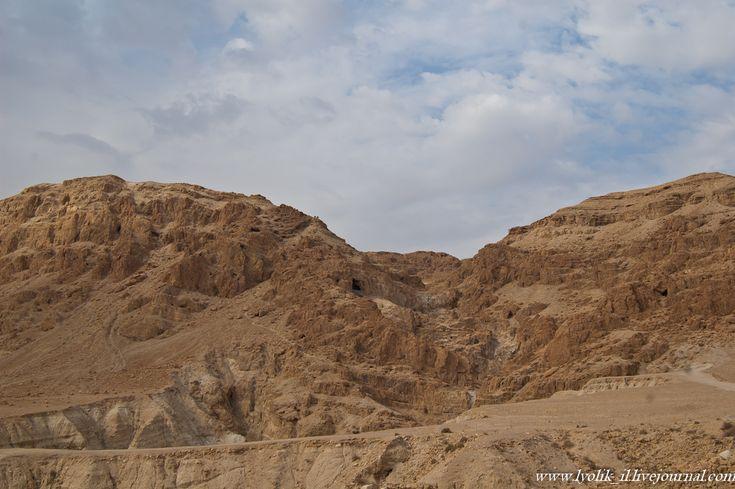 В полутора километрах от побережья Мертвого моря находятся развалины древнего поселения Кумран, известного тем, что в пещерах возле него были найдены знаменитые…