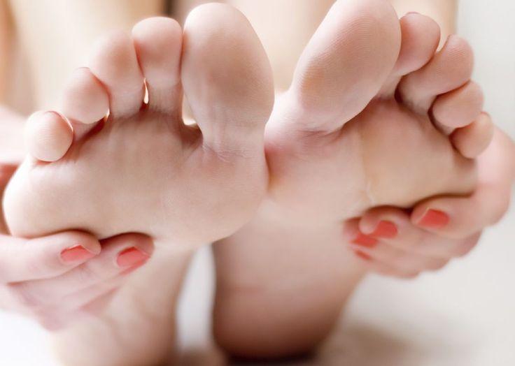 Popraskané asuché päty vedia potrápiť aj tie najkrajšie dievčatá. Nie je príjemné priznať, že dokonalosť končí na stupaji. Nohy nás nosia celý...