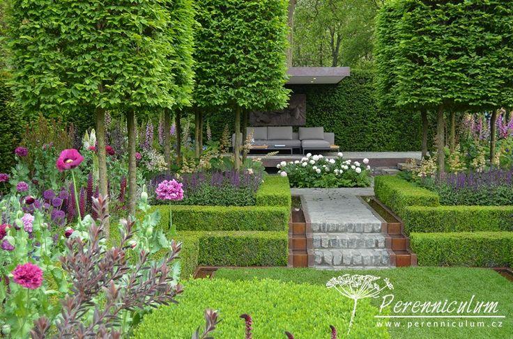 The Husqvarna Garden, zahradní architekt Charlie Albone. Dvouúrovňová zahrada se zapuštěným čtvercovým trávníkem, který obklopovali purpurově laděné výsadby představuje prostor pro relaxaci a odpočinek.