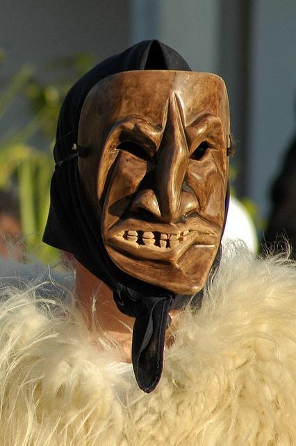 Carnevale di Ottana :Merdùle. I Merdùles sono uomini col viso coperto da atroci maschere nere
