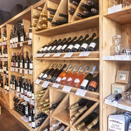 Agencement caviste étagère à vin en bois massif en 2020 | Etagere a vin, Bois massif, Étagère