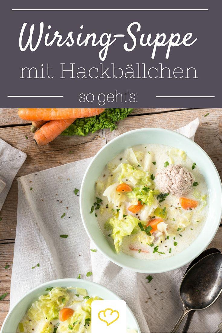 Es ist Wirsing-Saison! Eine Wirsingsuppe wärmt dich von innen und tut einfach gut. Neben Wirsing, Möhren und Lauch kommen auch noch würzige Hackbällchen in die Suppenschüssel.