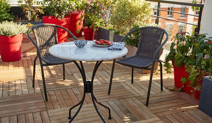 Il suffit de quelques astuces pour aménager son balcon comme un petit coin de paradis.  © Castorama