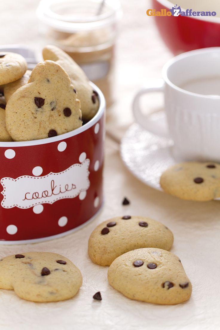 Per la #colazione, per la merenda, per ogni dolce momento della giornata: i #biscotti con gocce di #cioccolato ( #chocolate chip drop #cookies)! #ricetta #Giallozafferano #recipe #breakfast