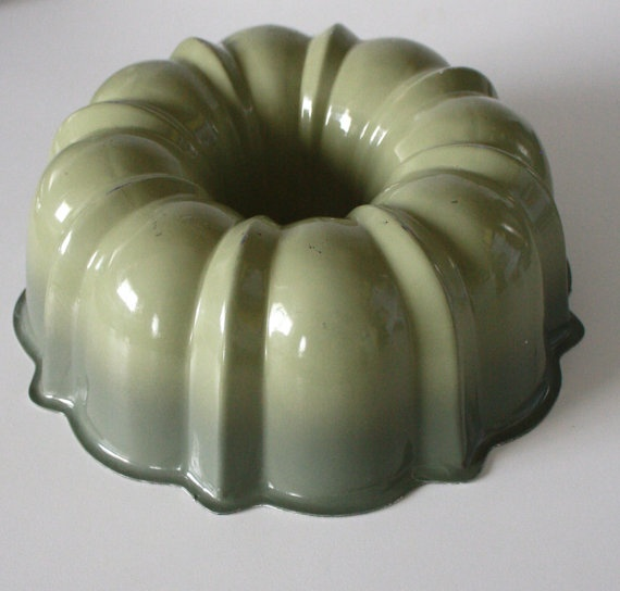 This avacado green bundt cake pan is a quintessential midcentury item! In great vintage condition.