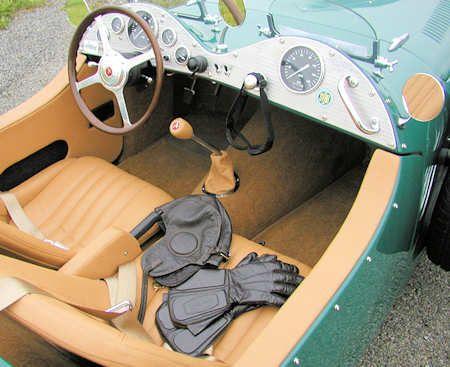 ALLARD JX2 MKII année 2008 - Elle est équipé au choix d'un V8 RamJet carburant de 5,7 litres à injection de GM, d'un V8 Hemi de 5,7 ou d'un 6,1 litres de Chrysler. Ces moteurs développent de 360 à 600 chevaux.