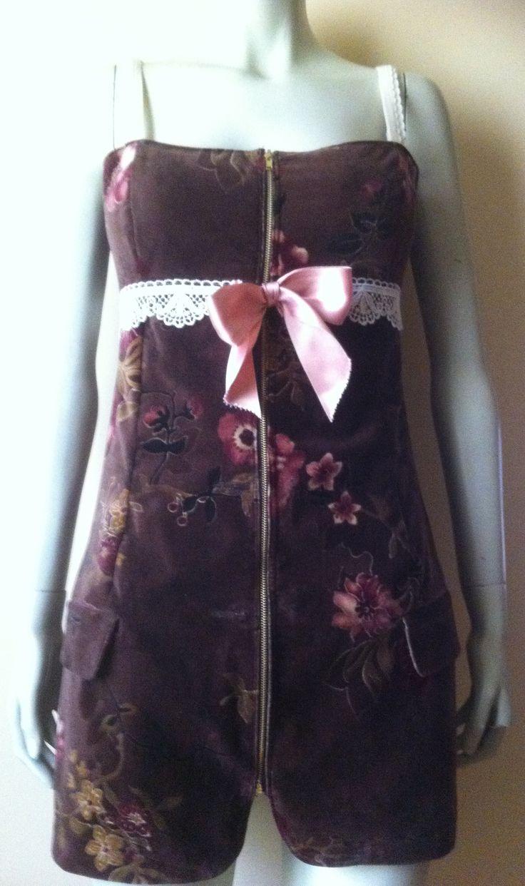 Vestido confeccionado con americana de terciopelo de flores, con aplicaciones de puntilla y cinta de raso. Delantero