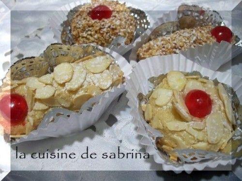 M'chouek « gâteau traditionnel algérien aux amandes » Je vous propose le m'chouek, en boule ou en doigt,a vec amandes effilée ou amandes concassée grillé tout ca avec la même base de pate aux amandes Ingrédients: Pour 50-60 pcs de m'chouek (selon le poids...