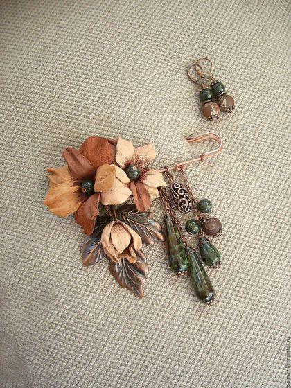 Купить или заказать Брошь-булавка Ореховая (+подарок) в интернет-магазине на Ярмарке Мастеров. Терракота, ореховый, теплый беж - теплые охристые оттенки этой броши как отголосок яркой рыжей осени... Два небольших цветка из натуральной кожи с ручной тонировкой, нежный бутон в подвеске. И темная зелень - в каплях из агата-кракле, в бусинках змеевика, в серединках кожаных цветов. Необычную нотку добавили акриловые ручной росписи бусины с фактурным рисунком: бежевая вязь орнамента на шоколадном…
