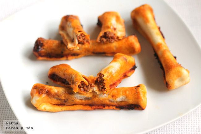 Recetas de Halloween: Huesos fracturados y sangrientos. Receta de pizza de carne con fotos paso a paso de su elaboración y presentación. Cocina para niños