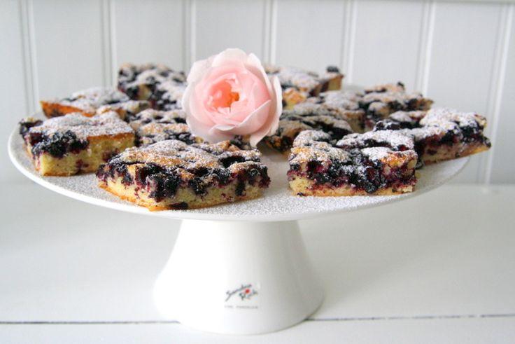 Nu kommer det omfrågade recept på kakan vi bakade i veckan. Och har du gott om blåbär, i frysen eller lätt till hands i blåbärsskogen.Då tycker jag att du ska baka den här goda och lättbakadekakan, blir som en vit kladdkaka med smak av blåbär – extra enkelt då man … Läs mer