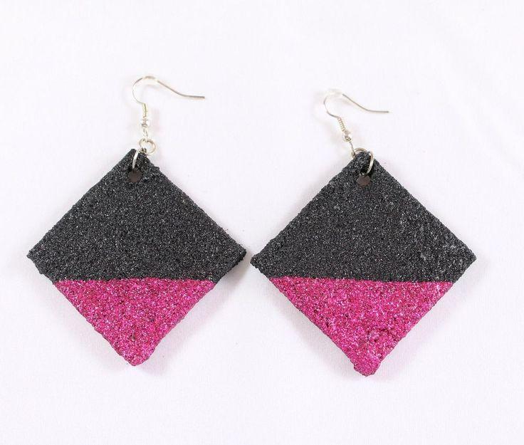 Orecchini pendenti a rombo. Orecchini artigianali di sabbia neri e rosa.