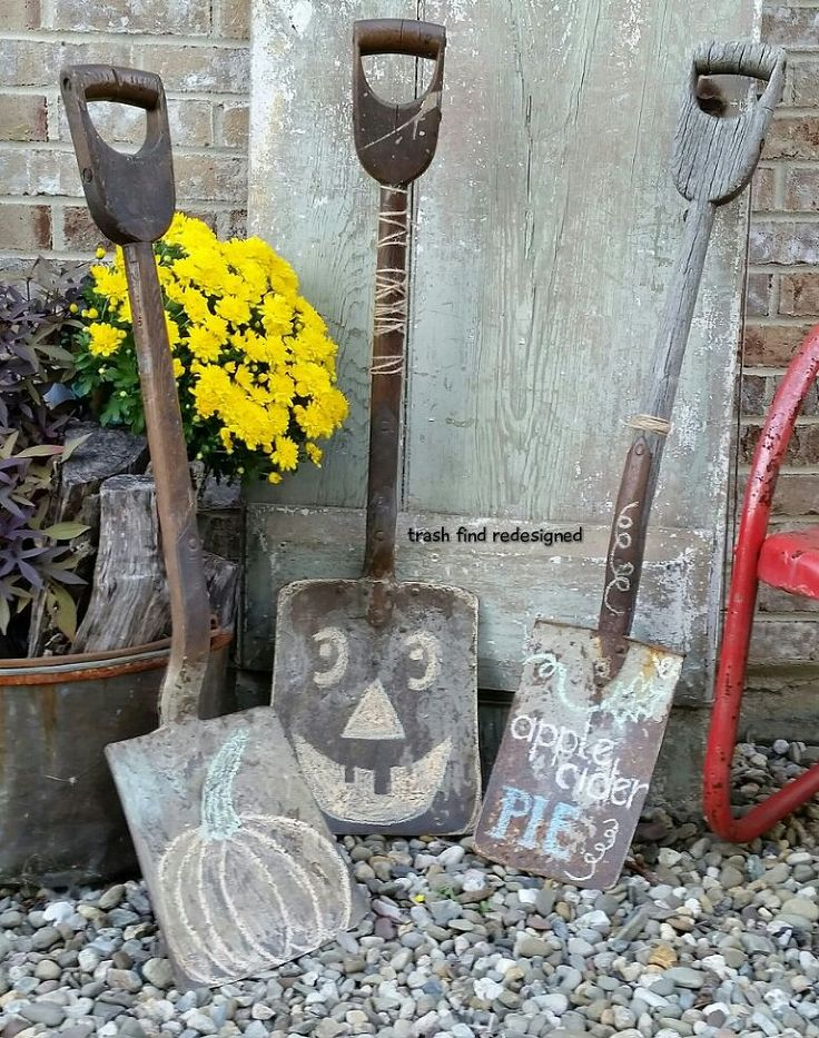Rustic vintage porch decor for the Fall.