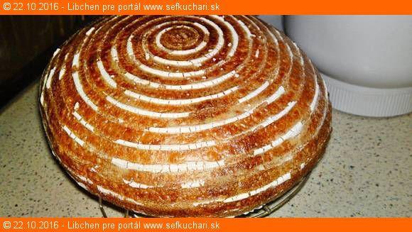 Dlho kysnúci biely kváskový chlieb s cmarom Veľmi chutný kváskový chlieb, ktorý môže každý upiecť presne vtedy, kedy ho potrebuje mať čerstvo upečený pre svoju rodinku na stole. Ingrediencie Rozkvas: 2 lyžice aktívneho bieleho kvásku 150 gramov svetlej pšeničnej múky chlebovej T 650 190 gramov vlažnej vody Cesto: 600 gramov svetlej pšeničnej múky chlebovej T …