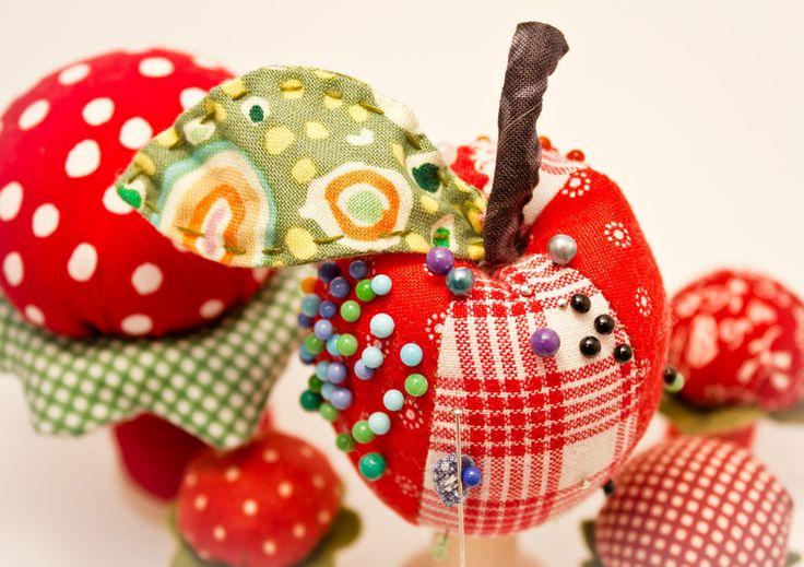 Patchwork http://www.lovediy.it/tecniche/patchwork/ Il #patchwork, come suggerito dal nome, è una #tecnica creativa che consiste nell'unire diversi ritagli di #stoffa, principalmente tramite cucitura, per realizzare variegati oggetti per la persona o per la casa. E' possibile realizzare borse, pupazzi, quadretti, decorazioni…