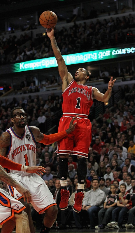 Los Bulls vs. Nueva York! Derrick Rose of the Chicago Bulls shoots over Amar'e Stoudemire of the New York Knicks at the United Center! The Bulls beat the Knicks 104-99.