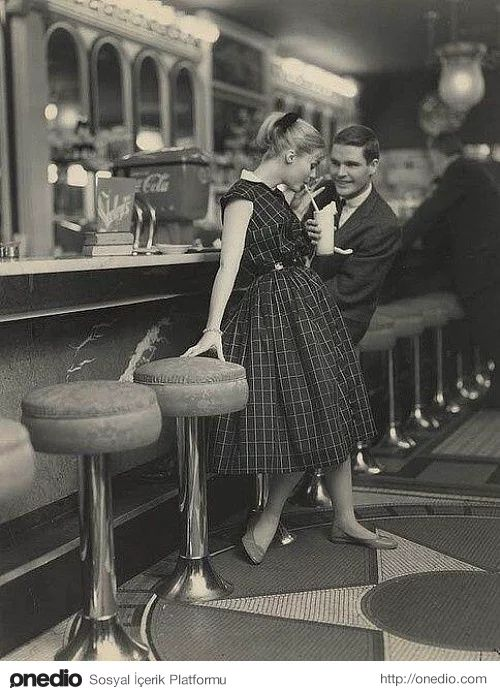 Flörtleşen bir çift, 1950'ler.