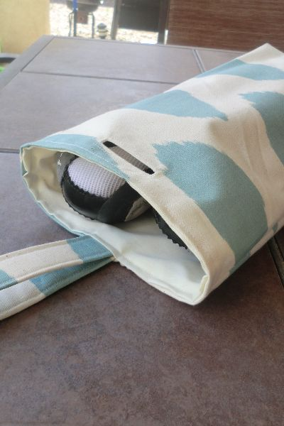 Oooh! what a great idea!! Beats putting your shoes in a zip lock bag!! Travel shoe bags + technique: a finished opening (slit) in fabric