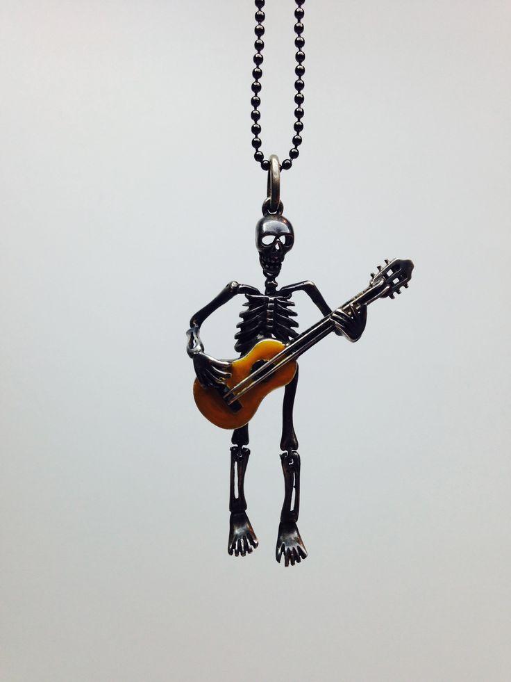 pendente scheletro in argento brunito con chitarra folk smalto a freddo.
