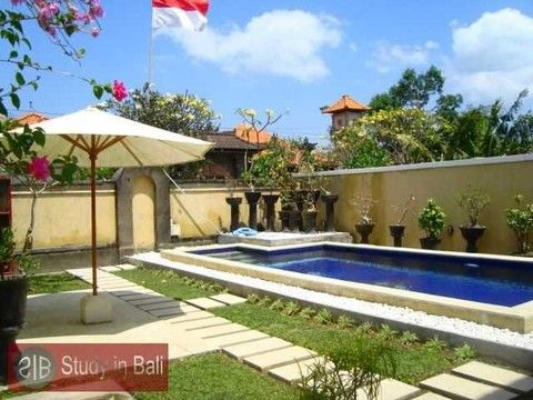 Villa Big Five Kerobokan - Study Abroad  Peaceful and private like a family home, The property comes with an outdoor pool, kitchen facilities and free Wi-Fi access. Overlooking the garden, all rooms are air-conditioned and fitted with a desk as well as a wardrobe.