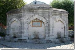 sultan_suleyman_cesmesiİstanbul'un bu uzak köşesinde rastladığım bu çeşme 1566 yapımı. Kanuni Sultan Süleyman'ın son seferi olan Zigetvar'a giderken Mimar Sinan'a Büyükçekmece Köprüsü ve bu çeşmeyi yaptırtmış. Klasik uslup özelliklerini taşıyan bu 3 yüzlü duvar çeşmesi Belediye Caddesi sonundaki meydana bakıyor.