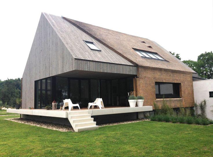 Architectenbureau Koppens || Modern woonhuis te Velp. Riet, hout, dak.