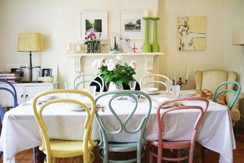 Alguém aí já pensou em compor a mesa de jantar com cadeiras diferentes? A falta de padronização pode residir nas cores, formatos, estampas de estofado ou tudo ao mesmo tempo. Vejam como essa miscelânea é capaz de deixar os ambientes modernos, originais e exclusivos.