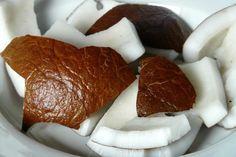 L'olio di cocco non è un ingrediente che puoi usare per i rimedi naturali dedicati alla bellezza oltre a utilizzarlo in cucina. Può essere usato come condimento, fa bene a pelle e capelli e può aiutarti a dimagrire, se utilizzato nel modo giusto. Ecco tutti i suoi benefici.