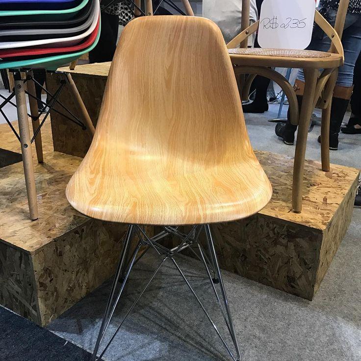 Resolveram inovar no material do assento da Eames, essa aí é uma super novidade, em polipropileno mas que faz o efeito de madeira... o acabamento parece muito madeira! Linda! Linda! #eames #abcasafair2017#eameschair#eameswoodchair #interiorstyle #interiordesign #escandinavo #scandinaviandesign