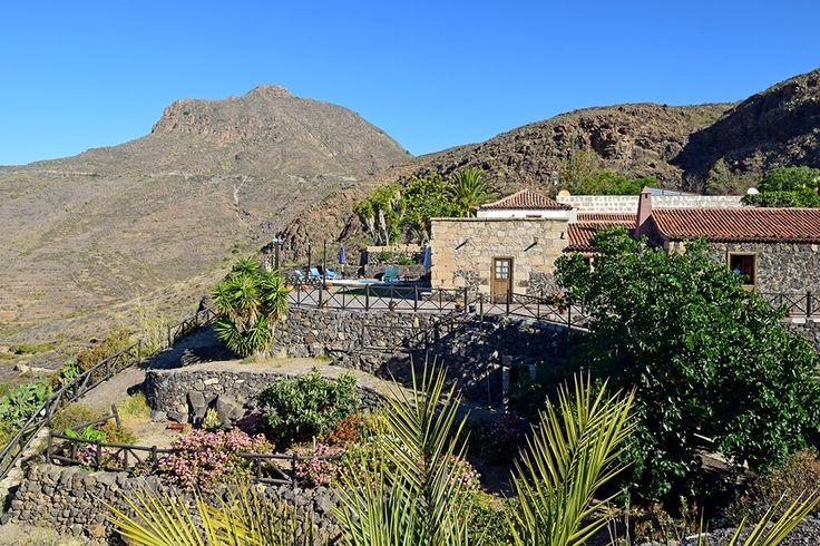 Description: Origineel hotel in een ongerepte omgeving Heel kleinschalig hotelletje met prachtige ligging Een woord dat onmiddelijk bij je bovenkomt als je bij Casa Rural Vera de la Hoya aankomt is vredig. Vredig vooral vanwege de ligging zo midden in een ongerept heuvelachtig landschap. En dat terwijl de drukke toeristengebieden op slechts een paar kilometer afstand zijn. Carlos de eigenaar van Casa Rural Vera de la Hoya heet je van harte welkom die woorden kent hij inmiddels wel in het…