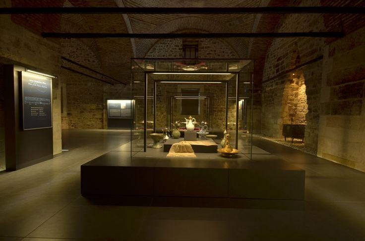 Geçmişte Çin ve Japon porselenlerinin kronolojik olarak sergilendiği Saray Mutfakları, mimarisi, teşkilatı, iaşesi, kullanılan araç-gereçleri ve yemek-tatlı kültürünü tanıtan tematik bir düzenleme ile 23 Eylül 2014 tarihinde ziyarete açılmıştır. Sergileme 15-18.Yüzyıl Saray Mutfağı, 19.Yüzyıl Saray Mutfağı ve Helvahane bölümlerinden oluşmaktadır.