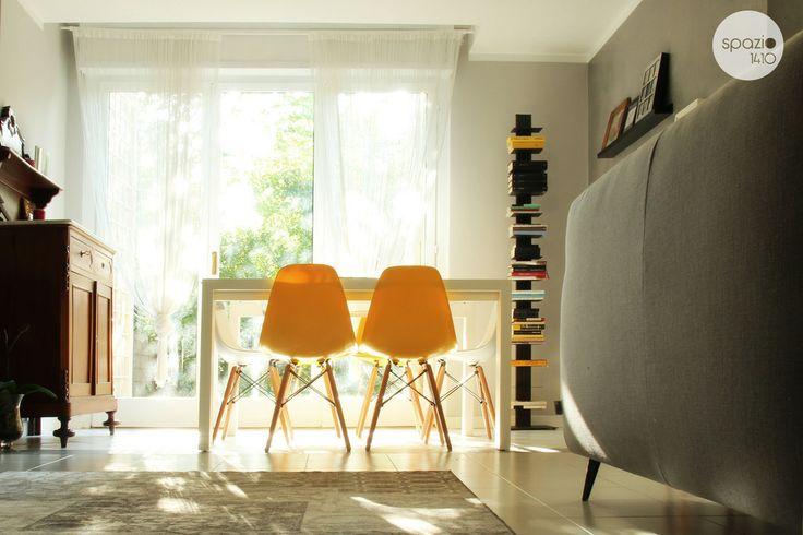 LA ZONA PRANZO :: La zona pranzo è a diretto contatto con il giardino così da poter godere della natura mentre si sta a tavola. In angolo trova posto la libreria verticale che ospita una selezione di libri del cliente. #casa #interni #interior #design #home
