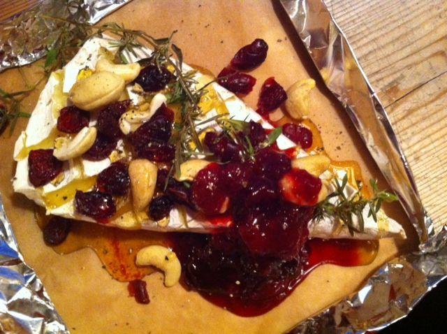 Grillissä tai uunissa kypsennetty brie-juusto www.ruokamenot.fi #ruoka #resepti #kotiruoka #finnishcuisine