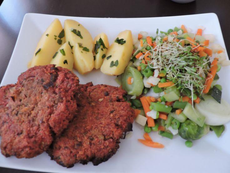 Brambory s petrželí, řepné karbanátky s ovesnými vločkami a polentou, dušená zelenina na páře(mrkev, kapusta, celer, řapíkatý celer, pórek, hrášek, fazolky) + alfalfa