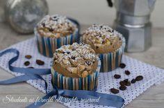 Muffin al caffè con nocciole e cioccolato, dolcetti soffici e golosi. Ricetta facile e veloce, muffin perfetti per la colazione e la merenda..
