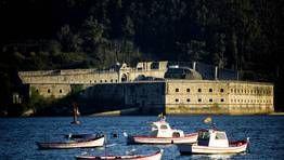 El Castillo de la Palma, en Mugardos, se encuentra en la entrada de la ría de Ferrol, justo enfrente del castillo de San Felipe, y su función era la de vigilar el paso marítimo. En una de sus últimas funciones, durante el siglo XX, fue el lugar de encierro del coronel Antonio Tejero, autor del golpe de estado del 23F. Hace unos años fue adquirido por una empresa hotelera, y está a la espera de iniciarse su proceso de restauración. FOTÓGRAFO: ÁNGEL MANSO