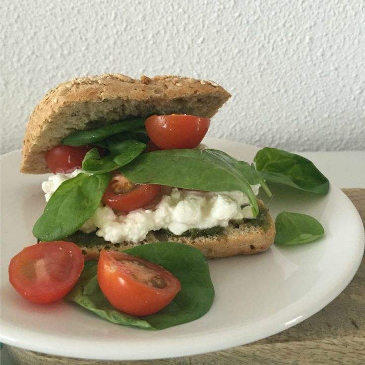I Love Health | Broodje hüttenkäse, tomaat and pesto