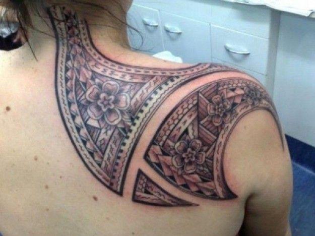 Grosso tatuaggio tribale a tema floreale
