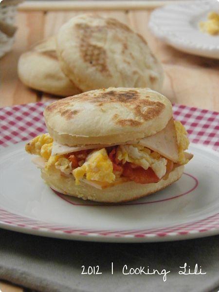 ♥ Muffin Anglais aux oeufs brouillés, Tomate & Piment doux