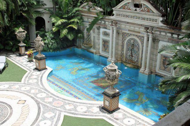 La maison à Miami du célèbre designer italien Gianni Versace qui a été  assassiné en 1997 a04bacd1f27