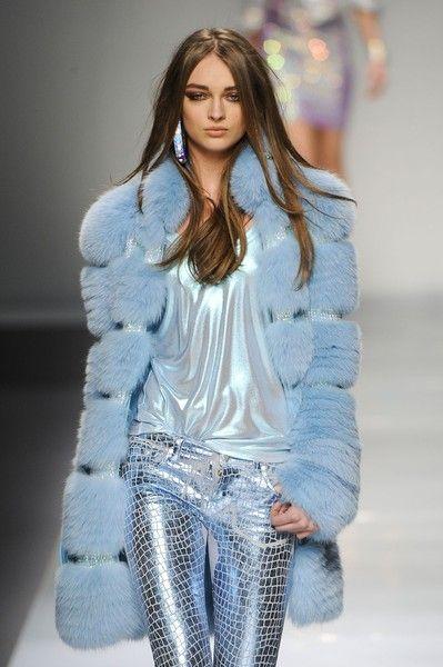 Blumarine Fall 2012. Me gusta el azul clarito de pies a cabeza