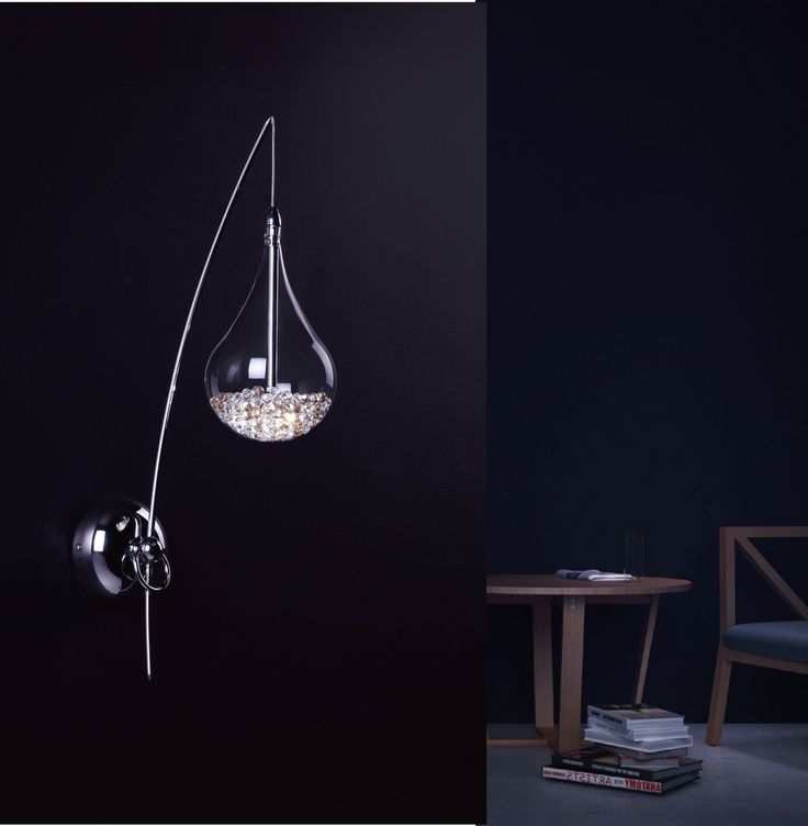 Niezwykle nowatorski kinkiet Zuma Line Perle w kształcie kropli. Klosz wykonany został z szkła, wnętrze wypełniono srebrnymi i złotymi kryształkami dającymi ciekawy efekt wizualny. Całość zawieszona jest na metalowej lince. Niespotykana forma zachwyci najwybredniejsze gusta. Idealny zarówno do wnętrz klasycznych jak i nowoczesnych.